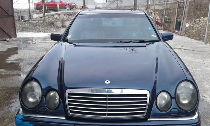 Mercedes-Benz E 200, снимка 1